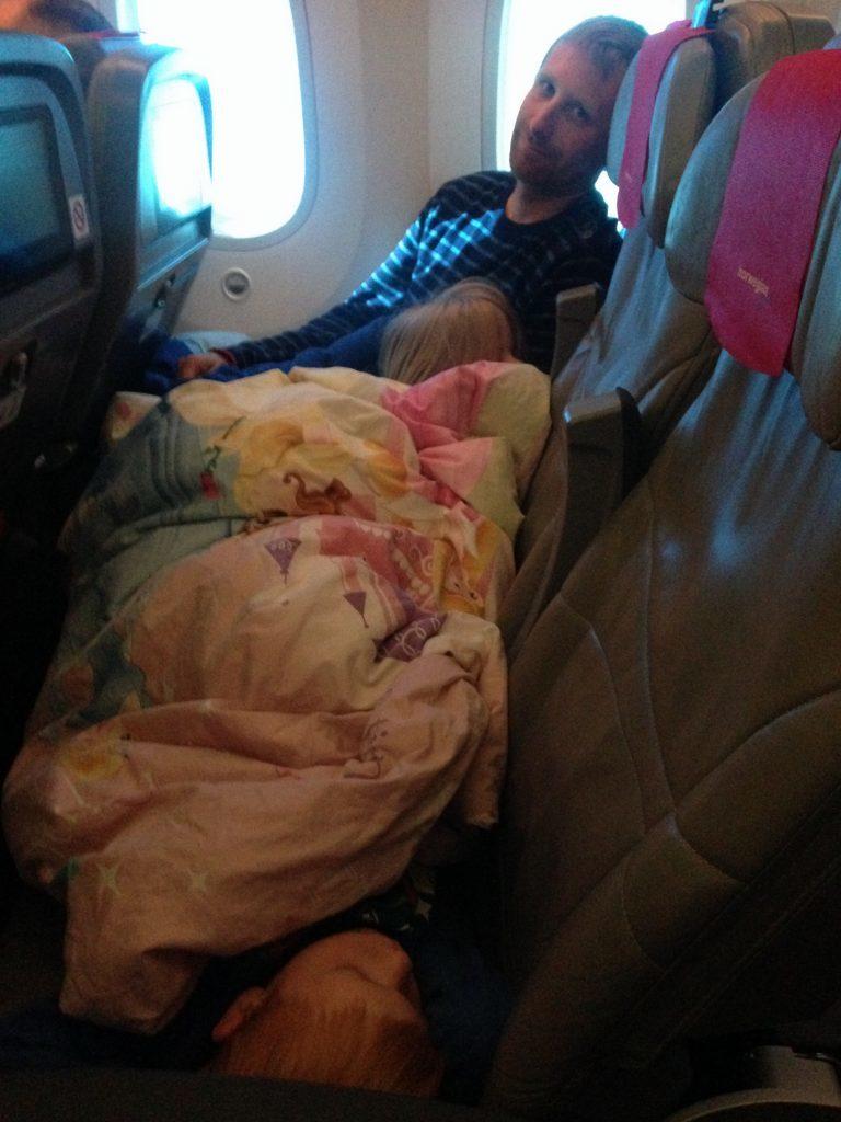 8 timers flyvning over Atlanten med to børn der vist sover ganske ok.
